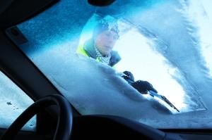 Kratz kratz kratz: ein Eiskratzer gehört im Winter unbedingt ins Auto